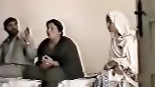 Pakistani Lahore Aunty tear up With guy